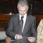 Peter Feldmann unterzeichnet die Petition