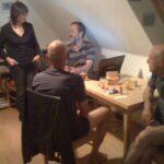 Bei unserer Gastgeberin Birgit in Weimar. Das Bild ist zwar unscharf, nicht aber die Kerle in kurzen Hosen.
